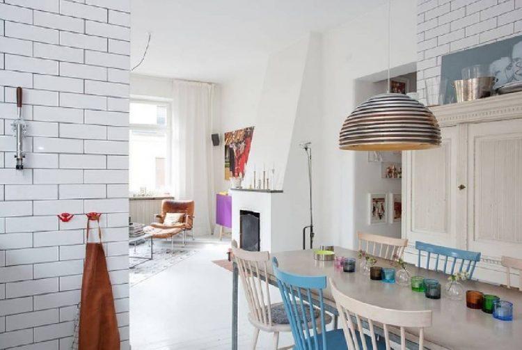 Salle à manger mur en brique scandinave